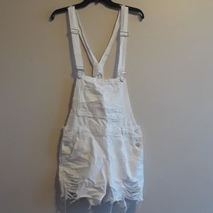 Overall white distressed shorts